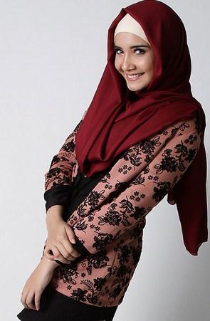 Gambar Contoh Model Blazer Muslim Terbaik 12 - jas kerja motif semi formal ala Zaskia Sungkar